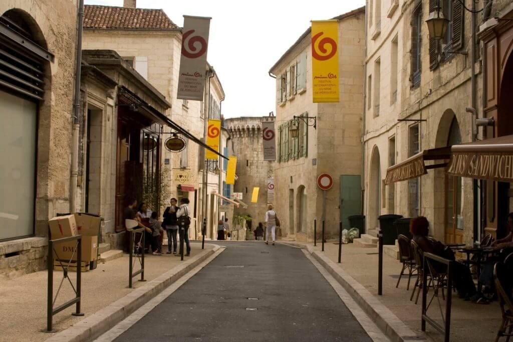 Witte straten van Périgueux tijdens de MIMOS MNOP festival periode