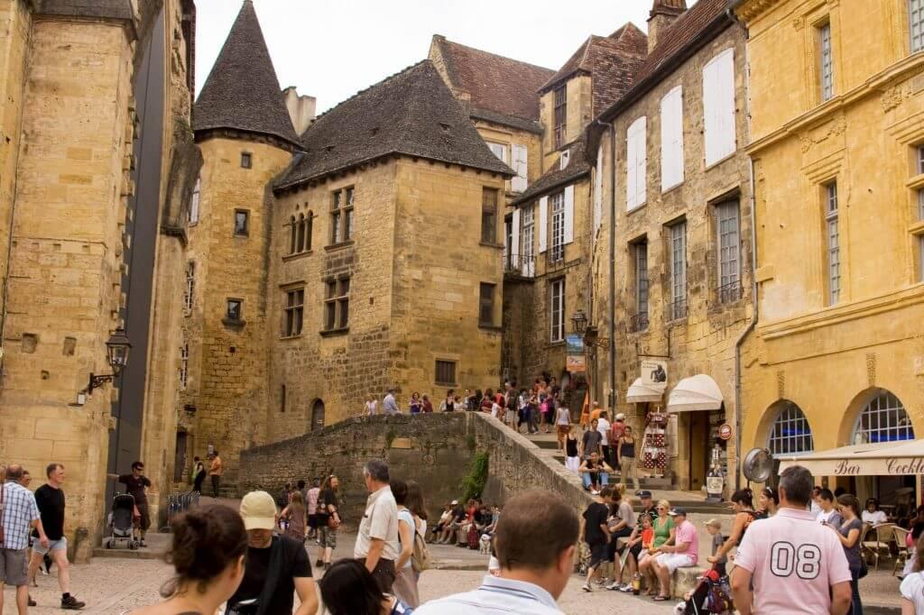 Place de la liberté van Sarlat la Canéda en zijn oude markt in de middeleeuwse chappelle